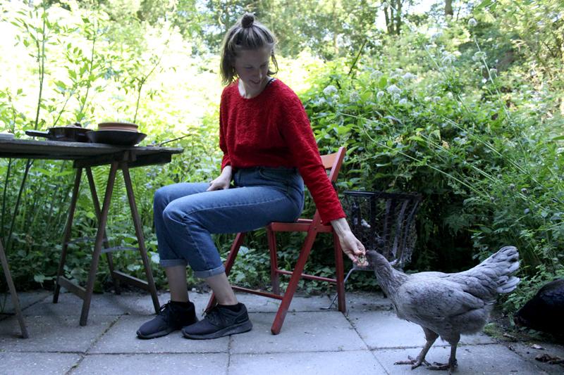 Anne-Fleur met een van onze kippen - Werfzeep