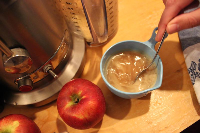 Mengen van biergist met appelsap - Werfzeep