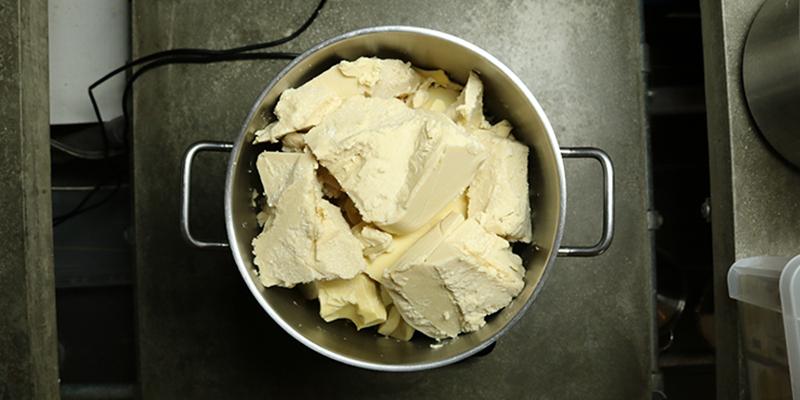 Chocoladeswirl zeep maken - pan vol cacaoboter en karitéboter - Werfzeep