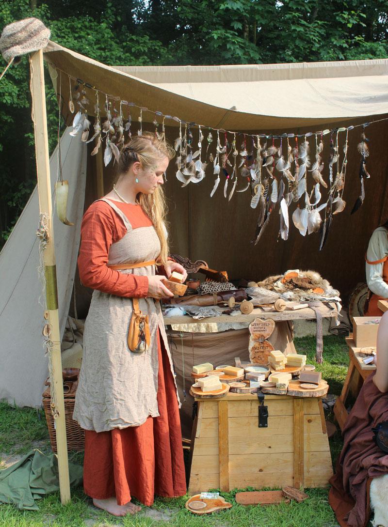 Evelien in correct Vikingkostuum met Werfzeep op Keltfest.