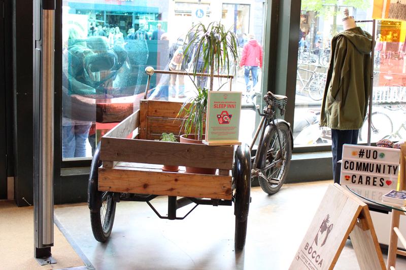 Onze bakfiets in Urban Outfitters Utrecht - Werfzeep