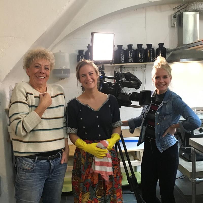 regisseur Jeanine, presentator Janouk en Evelien van Werfzeep