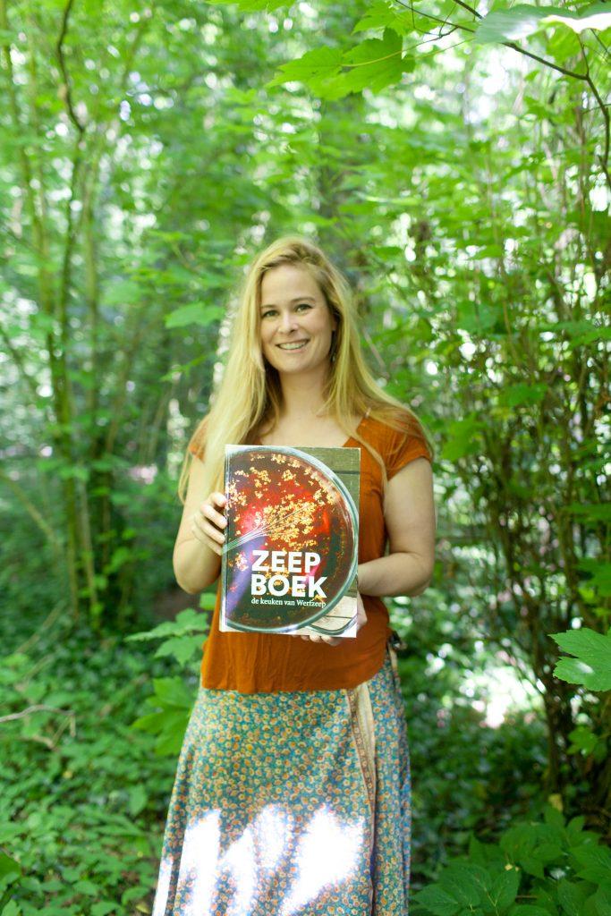 Evelien met het Zeepboek in het bos | Werfzeep