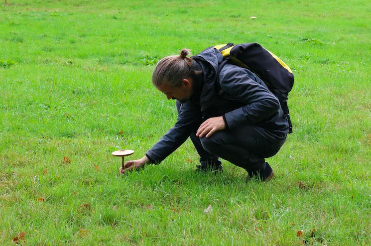 Werfzeep - paddestoelen wildplukken teamuitje - Laurens met Parasolzwam