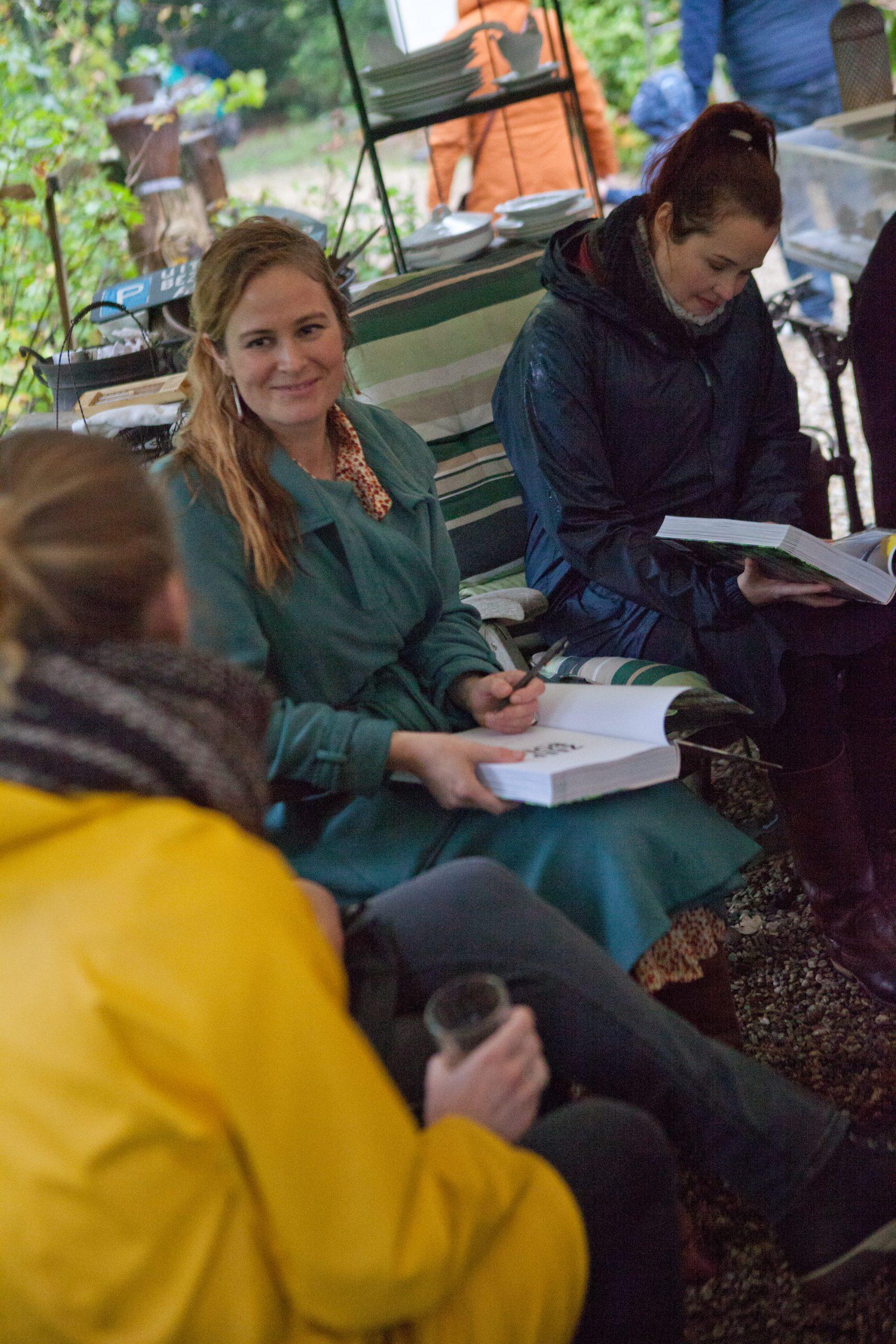 Werfzeep Evelien schreef op aanvraag in allerlei boeken een inscriptie Zeepboek - boekpresentatie in het bos