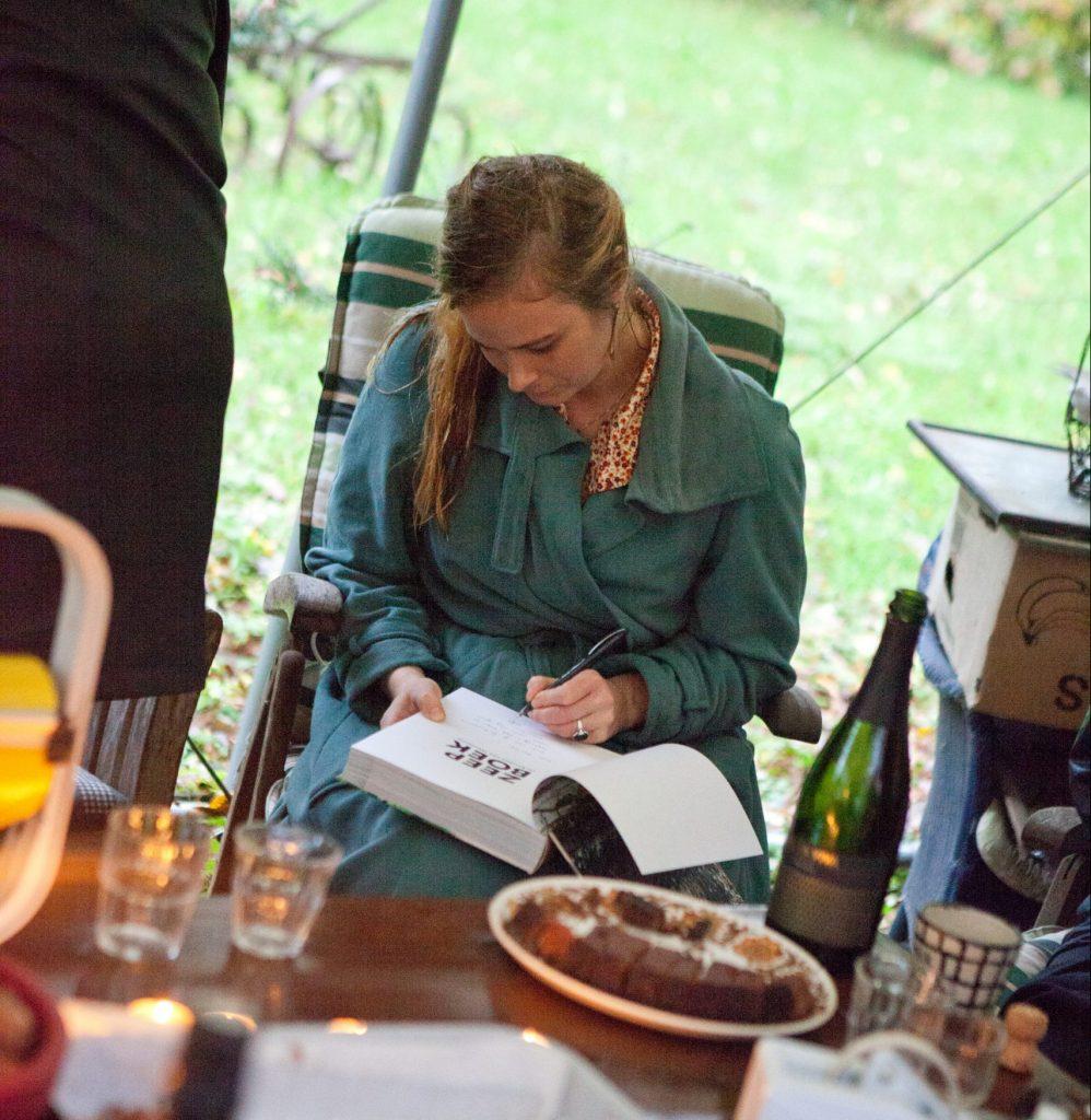 Evelien signeert Zeepboek tijdens de boekpresentatie