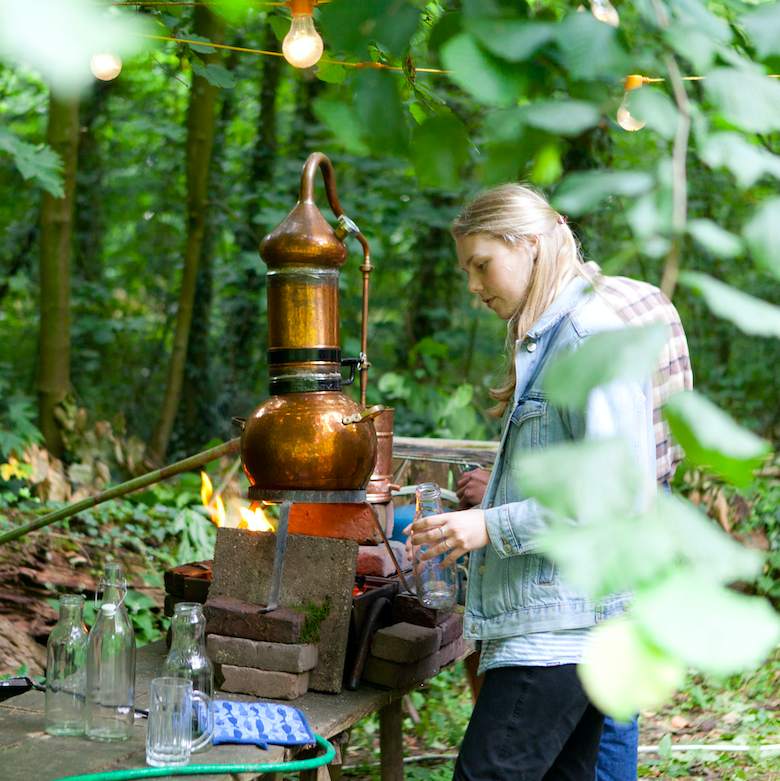 Marie in het bos bij Werfzeep: lavendel destilleren voor het Zeepboek!