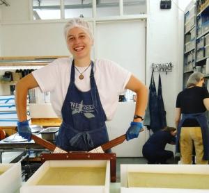 Werfzeep Noralie snijdt zeep in het atelier
