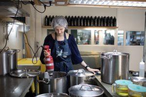 Werfzeep Anne-Fleur maakt schierzeep in het atelier