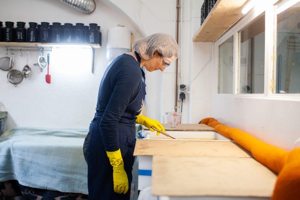 Werfzeep atelier Charlotte maakt rozenbottelzeep