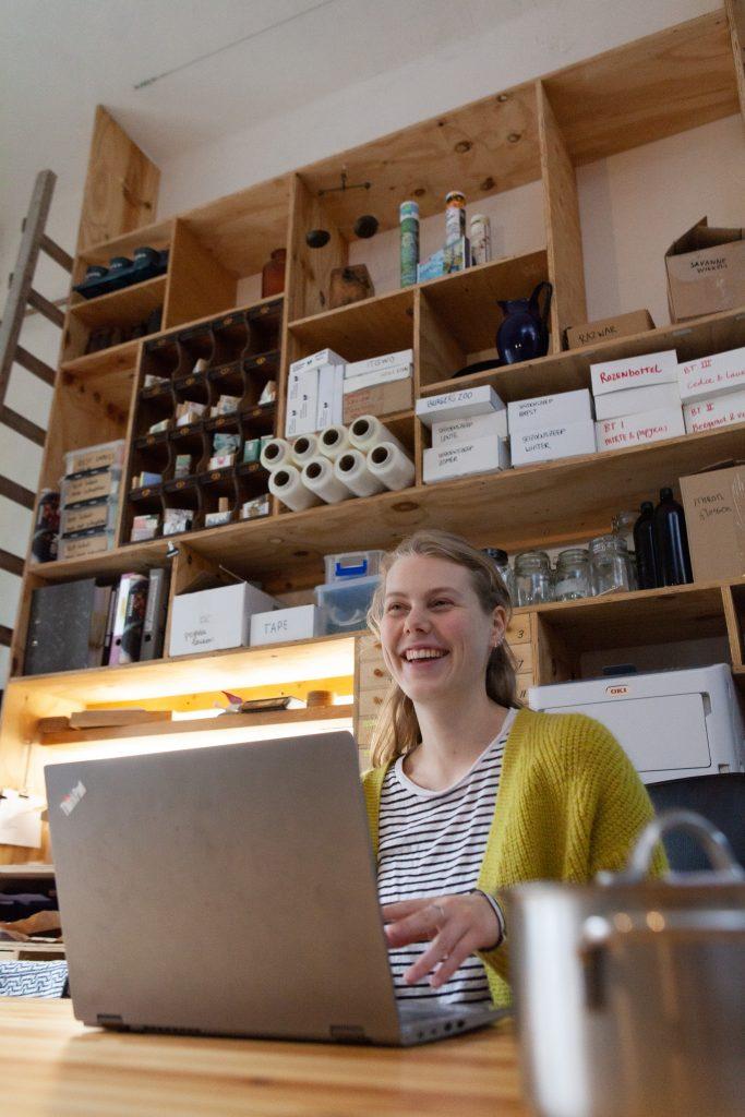 Marie op de vloer aan het werk in het Werfzeep atelier