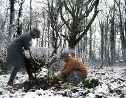 Tayyibah en Evelien graven smeerwortels op