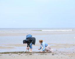 Anne-Fleur en Evelien van Werfzeep zoeken zeewier voor de Vlieland zeep